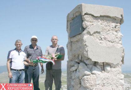2012.god. Delegacija Boračke organizacije Nevesinje polaže cvijeće na spomenik, (s lijeva na desno) Zoran Lojpur, Momo Buha i Vojin Gušić
