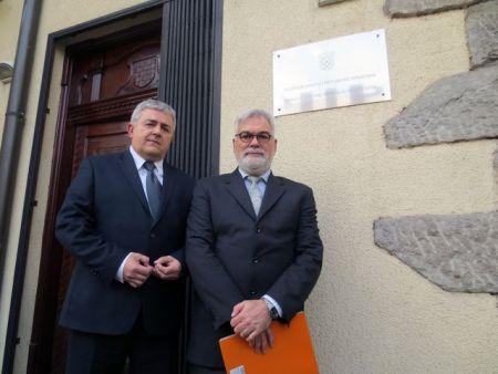 Dušan Bastašić i Boris Begović ispred Hrvatske ambasade u Beogradu