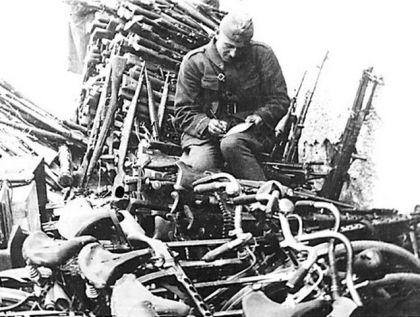 Ilirska Bistrica, maj 1945: Dušan Bulić popisuje deo naoružanja i ratne opreme zarobljene od neprijatelja
