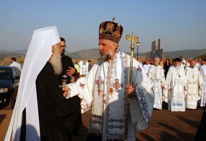 Episkop Grigorije dočekuje patrijarha Irineja u Prebilovcima