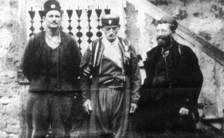Kapetan Bil Hadson (levo) sa đeneralom Mihailovićem i pripadnikom Ravnogorskog pokreta