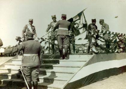 Kralj Aleksandar I Karađorđević uručuje ratnu zastavu