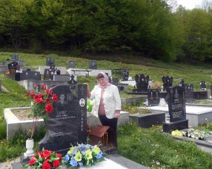 Majka Nina Petrovna pored groba svog sina Olega u Milićima
