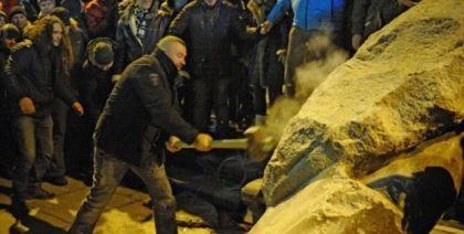 Masovno uništavanje spomenika u Ukrajini
