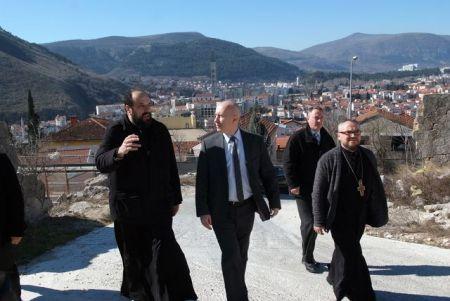 Milan Dunović zajedno sa sveštenstvom u obilasku sabornog hrama u Mostaru