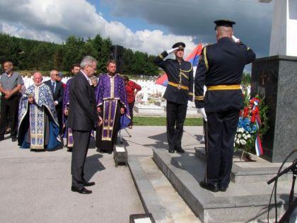 Министар Миленко Савановић полаже виjенац на воjничком гробљу Мали Зеjтинлик на Сокоцу
