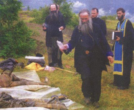 Митрополит Амфилохиjе врши опиjело над убиjеним Србима на Косову и Метохиjи