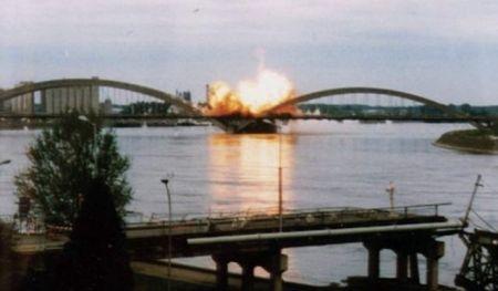 Momenat rušenja Žeželjevog mosta u Novom Sadu