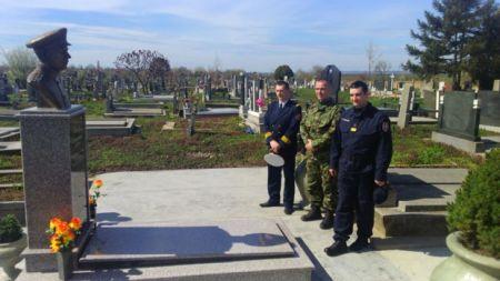 Oficiri Rečne flotile odaju počast kapetanu Beriću