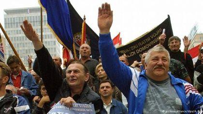 Nacistički pozdrav na mitingu u Zagrebu 2001.