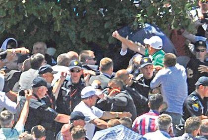 Napad muslimana na Aleksandra Vučića u Potočarima