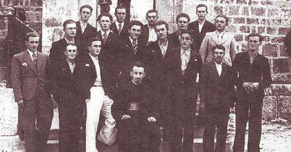 Otac Luka Vukmanović sa učenicima Bogoslovije na Cetinju 1937. godine