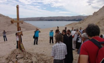 Parastos kod Spomen krsta iznad Paške uvale Slana
