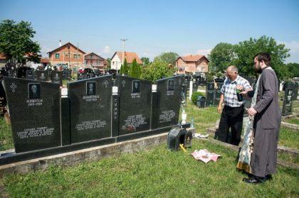 Parastos nad grobnicom zaklanih članova porodice Simić