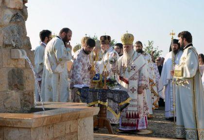 Patrijarh Irinej dočekuje mošti prebilovačkih novomučenika ispred Hrama Hristovog Vaskrsenja u Prebilovcima