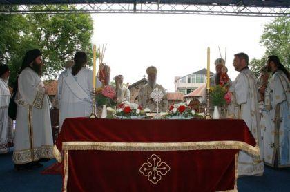 Patrijarh služi Liturgiju u porti manastira Gračanica