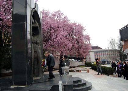 Polaganje vijenaca i paljenje svijeća kod spomenika poginulim borcima iz odbrambeno-otadžbinskog rata u Zvorniku