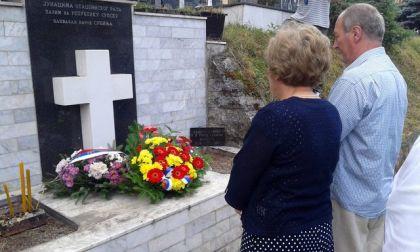 Polaganje vijenaca kod spomenika stradalim Srbima iz Jabuke