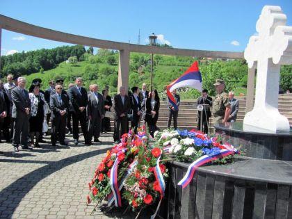 Полагање виjенаца на спомен костурницу на Новом гробљу у Бањоj Луци