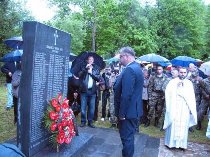 Polaganje vijenaca na spomen ploču pobijenim Srbima u Bradini