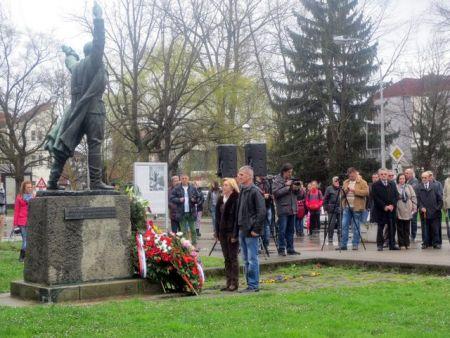 Polaganje vijenaca pred spomenikom Mladenu Stojanoviću u Prijedoru