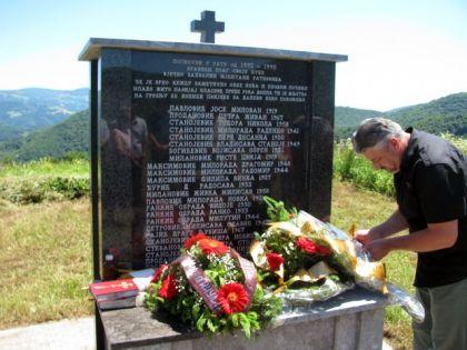 Polaganje vijenaca u srebreničkom selu Ratkovići