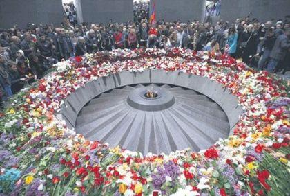 Pomen jermenskim žrtvama u Cicernakaberdu u Jerevanu (Foto: Rojters)