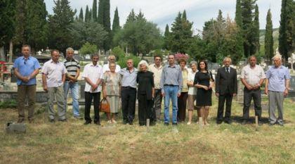 Потомци и поштоваоци придворачких жртава на требињском гробљу, на мjесту гдjе су сахрањене придворачке жртве