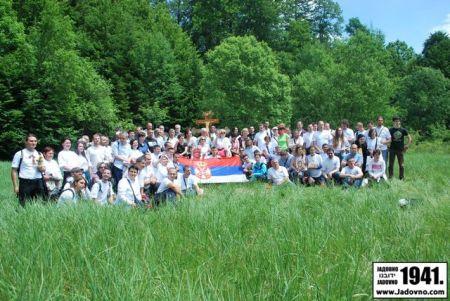 <span>Potomci i poštovaoci žrtava kompleksa logora smrti NDH, Gospić-Jadovno-Pag, na mjestu logora na planini Velebit 2014. godine</span>