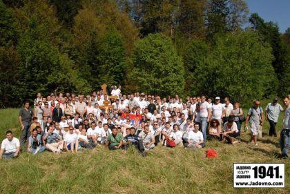 Potomci i poštovaoci žrtava kompleksa logora smrti Gospić –Jadovno – Pag kod Spomen krsta na mjestu logora Jadovno