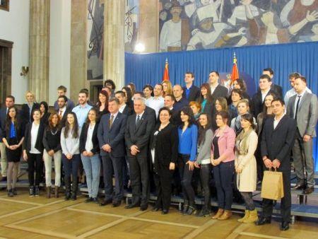 Predsjednik Srbije Tomislav Nikolić primio je danas predstavnike srpske omladine iz svih krajeva Hrvatske, koji se nalaze u posjeti Srbiji