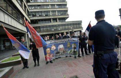 Pripadnici Četničkog pokreta ispred Palate pravde