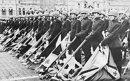 Pripadnici Crvene Armije sa zarobljenim zastavama jedinica Vermahta