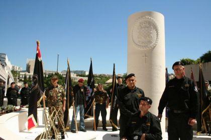 Pripadnici HOS-a pored spomenika u Splitu