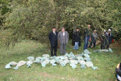 Scena sa jedine zvanične ekshumacije, potok Zmijanac, 22. oktobar 2011.