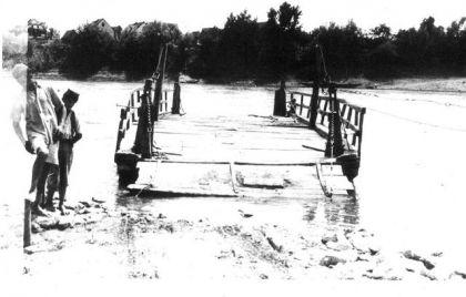 Skela za prevoz logoraša iz Jasenovca na drugu obalu rijeke Save - u Donju Gradinu na likvidaciju, jun 1945.