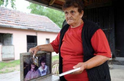 Slavka Matić kraj fotografija svojih ćerki / Foto Igor Marinković
