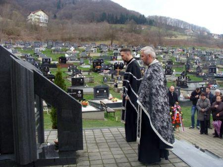 Služenje parastosa pred spomenikom kod masovne grobnice u Mrkonjić Gradu
