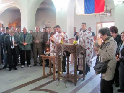 Služenje parastosa u crkvi Svetog Đorđa u Miljevićima