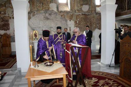 Služenje parastosa u crkvi Svetog Nikole u Prištini