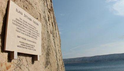 Spomen ploča na mjestu ustaškog logora u uvali Slana postavljena 26.6.2010. - uništena tri dana kasnije.