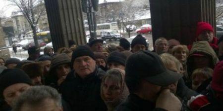 Срби из Хрватске чекаjу испред хрватског конзулата у Београду