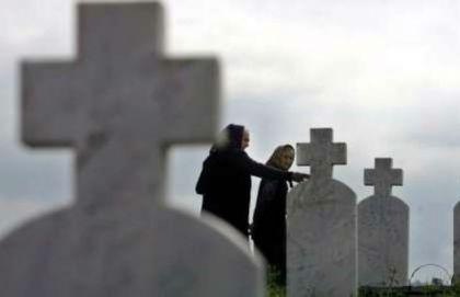 Srpske majke pored grobova svojih sinova u Podrinju