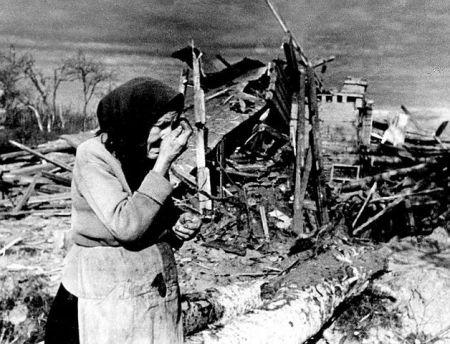 Starica u uništenom Lenjingradu