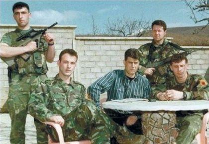 Terorista Hašim Tači okružen pripadnicima zločinačke OVK