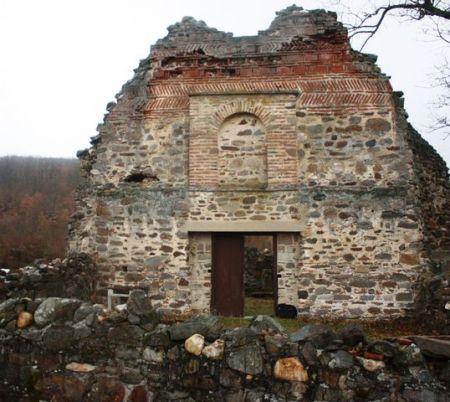 Urušeni manastir Ubožac iz 14. vijeka u kosovskom selu Močvare
