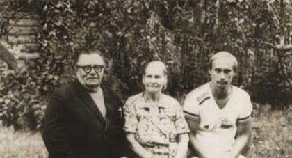 Vladimir Putin sa roditeljima 1985. godine