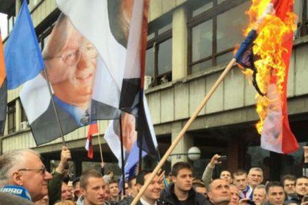 Воjислав Шешељ пали хрватску заставу