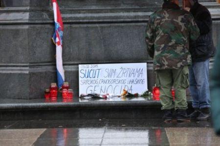 Свеће и порука на споменику бану Јелачићу у Загребу