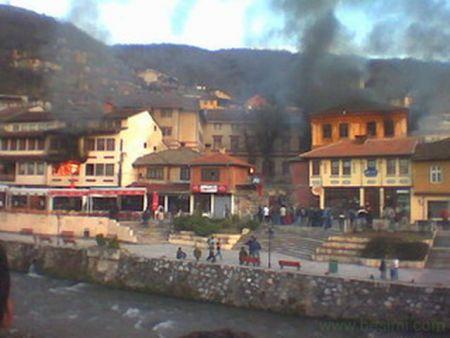 Zapaljena srpska imovina u martovskom pogromu 2004.